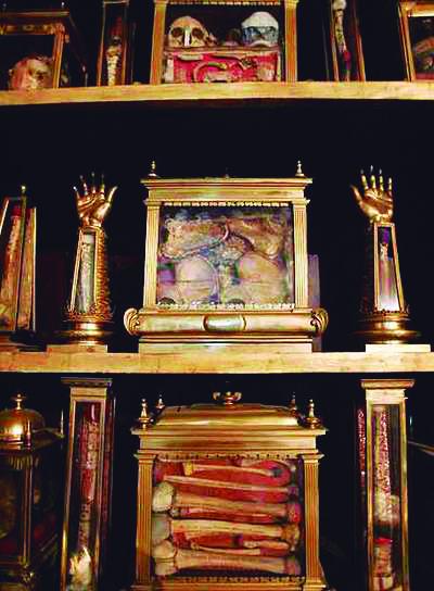 Las reliquias de el Monasterio de el Escorial se conservan en su mayoría en dos retablos tipo armario pintados por Federico Zúccaro.