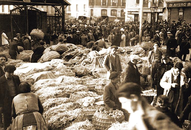 En la ubicación del mercado de La Cebada había, desde el siglo XVI, un conjunto de puestos al aire libre ubicados en lo que hoy es la Plaza de la Cebada. Imagen de la plaza hacia 1930.