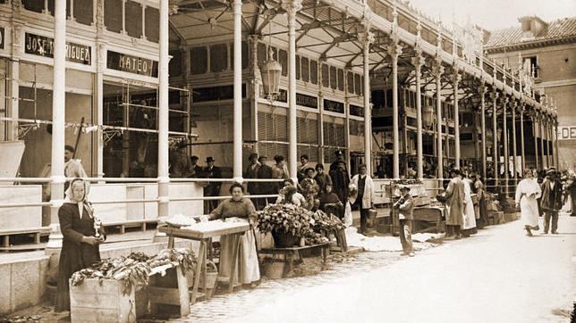 Imagen de 1916 del mercado de San Miguel, el cual se levantó sobre el solar de la iglesia de San Miguel de los Octoes, donde fue bautizado Lope de Vega.