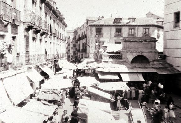 Puestos del mercado de san Ildefonso, hacia 1910-1920, junto a la iglesia de san Ildefonso. El mercado llegó a crecer tanto que el ayuntamiento decidió derribarlo en 1970 para recuperar la plaza que antes existía en el mismo lugar.