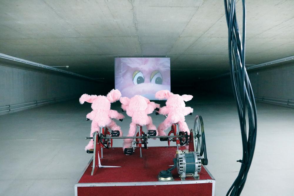La galería de arte KIT es un espacio baldío que ha sido cedido por el Ayuntamiento tras la gigantesca obra de dos túneles que vertebran la ciudad. En la imagen instalación del artista ruso Rostan Tavasiev.