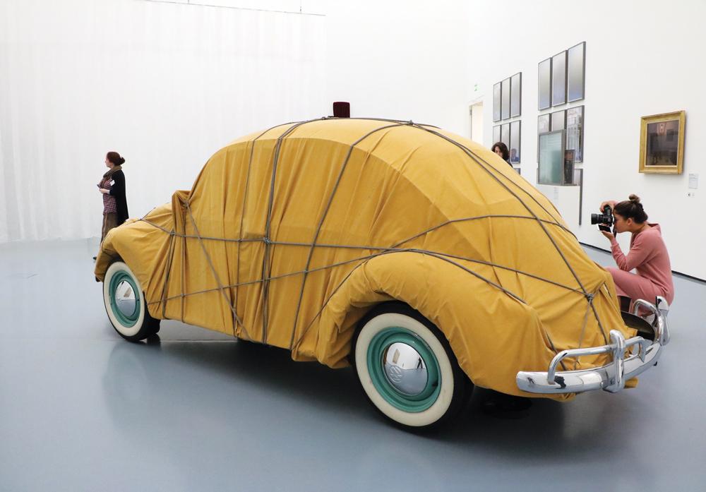 Una escarabajo envuelto en tela es la obra de Christo y se puede ver en el Kunstpalast Museum