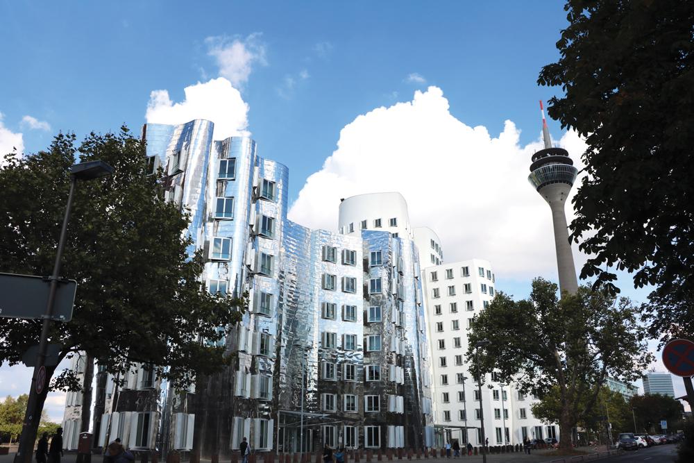 En la zona del Harbour, el antiguo puerto, los edificios del arquitecto canadiense Frank Gehry definen un espacio moderno que, como la ciudad, mira al futuro.