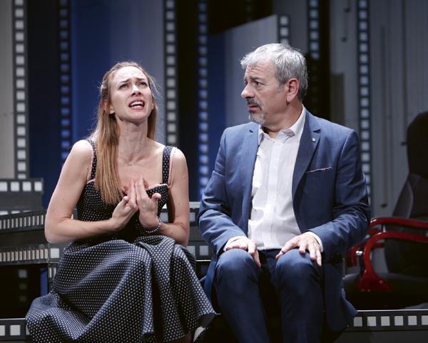 Marta Hazas y Carlos Sobera en un momento de la función de la obra 5 y acción que se representa en el teatro Reina Victoria de Madrid.