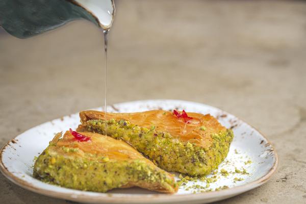 Wardat libanés, un milhojas de forma triangular rellena de crema ashta (una especie de requesón), del restaurante Du Liban.