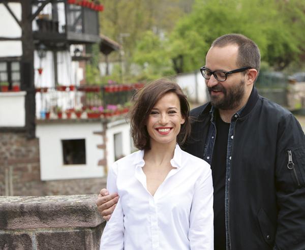 Marta Etura posa junto al director de la película Fernando González Molina en el puente de Elizondo en el encuentro de prensa durante el rodaje de El guardián invisible.