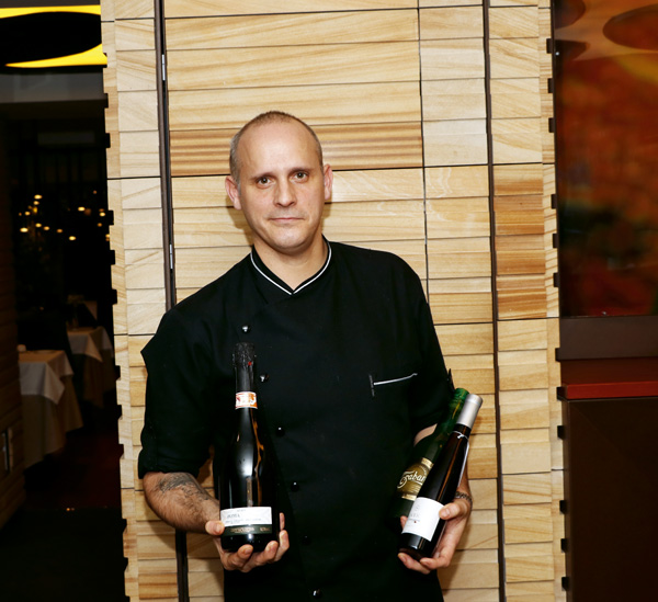 """El chef Fernando Negri define su cocina como """"Asturiana moderna y sin excesos"""". En la imagen con algunas sidras propuestas en sus maridajes."""