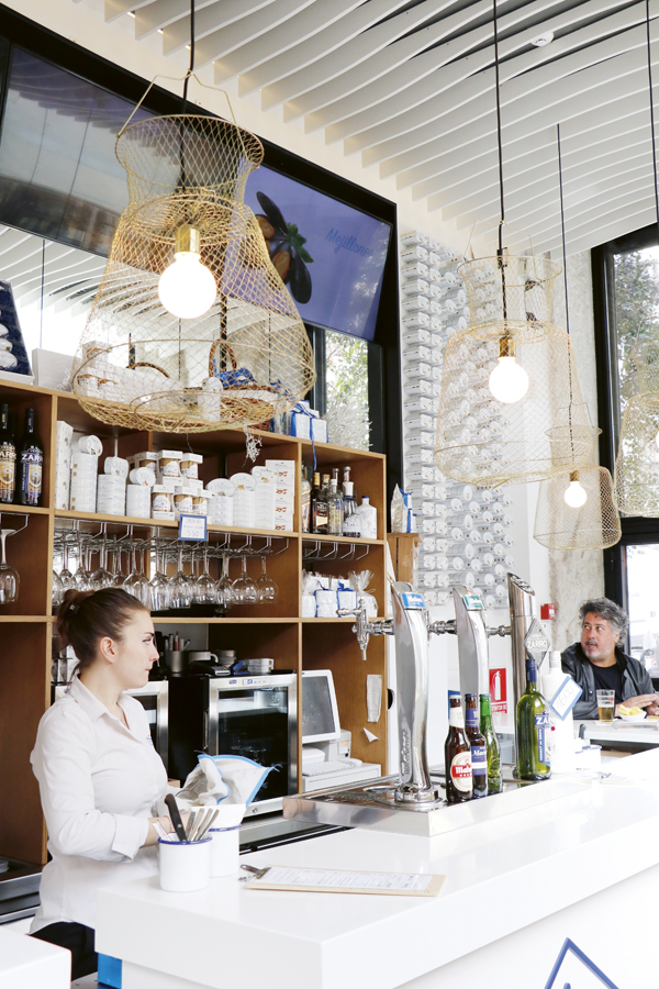 La Conservera Delistore & Tapas (calle Mayor, 49.) es una evolución, más orientada a bar, de su tienda de la calle Claudio Coello. Todos sus productos son gallegos y están enlatados por la conservera Frinsa. Arriba, una pizzarra con parte de su carta y a la derecha, detalle de la barra y la decoración del bar.