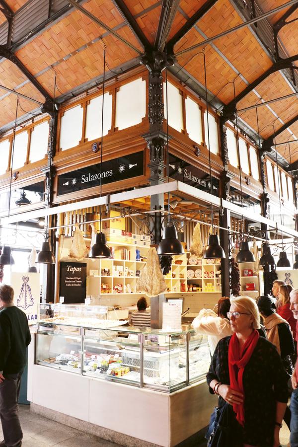 La Casa del Bacalao tiene un puesto en el delcioso y turístico Mercado de San Miguel.  Las tapas de ajoarriero, brandada, pulpo a la gallega, salmón ahumado o foie de bacalao son las más solicitadas por los visitantes madrileños y extranjeros que a diario visitan el mercado.