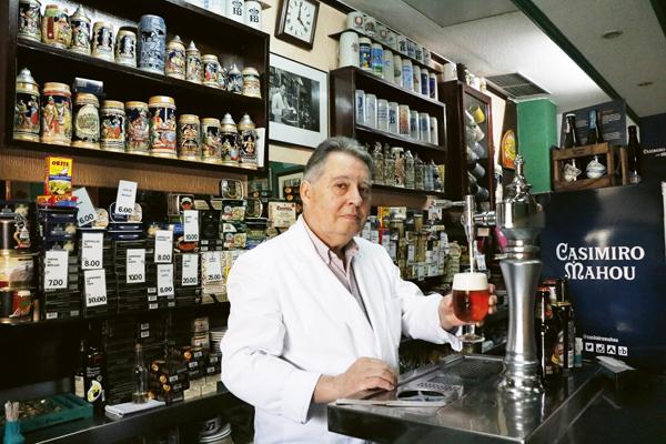 Ángel Peinado tira una cerveza en la barra en la que lleva trabajando desde 1965. Hasta 25 referencias de productos enlatados se ofertan en El Cangrejero, desde anchoas o ventresca de bonito a caviar de oricios.  Además vende mariscos y chacinas.  Calle Amaniel, 25.