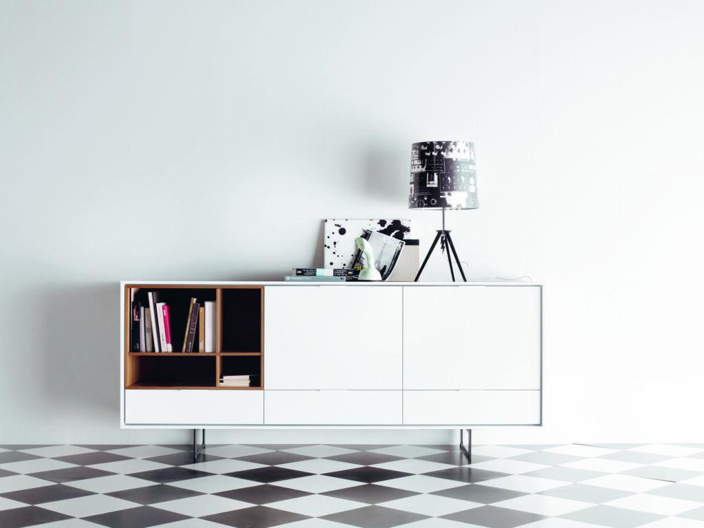 Dos puntos de vista La primera decisión será si la televisión condiciona la decoración de la habitación o viceversa. La tienda AT muebles propone líneas rectas y sencillas, colores claros, con materiales de calidad, donde la televisión sea un elemento más y no el protagonista.