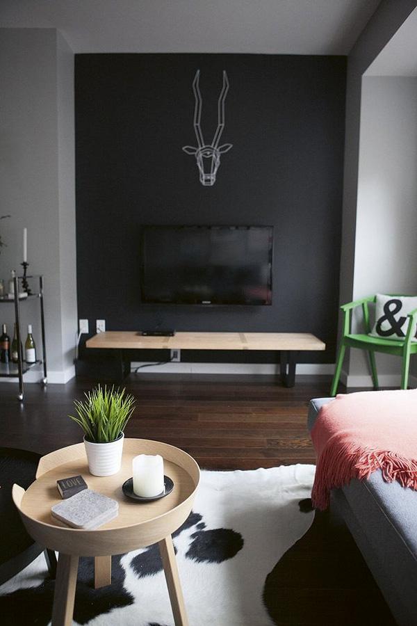 Sobre negro La mejor opción es colgar la televisión sobre una pared oscura.