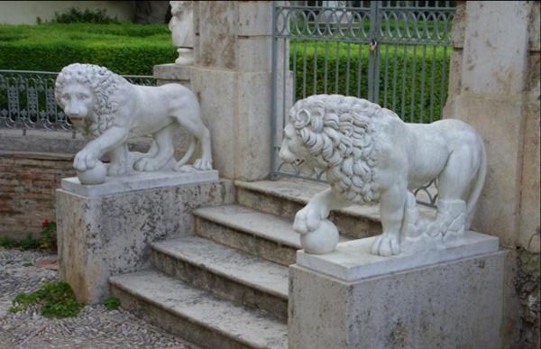 Leones monforte - ¿Sabías que los primeros leones del Congreso eran de yeso pintados con betún de judea?