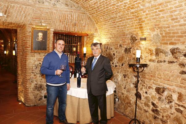 Aurelio García, a la izquierda, es el enólogo de la bodega Valquejigoso. Félix Colomo es el dueño de los vinos y de los restaurantes Las Cuevas de Luis Candelas, Posada de la Villa y la Tarberna del Capitán Alatriste, donde se realizó esta fotografía.