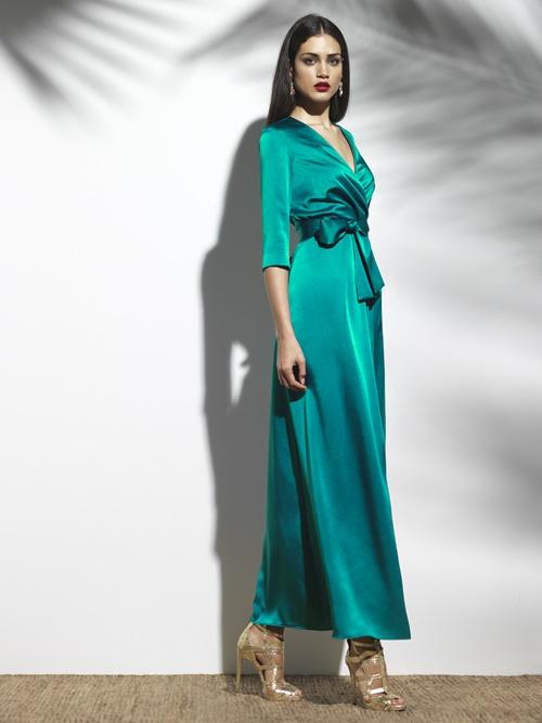 En Mira la Marela (C/ Conde de Aranda, 10) puedes encontrar el vestido perfecto y los complementos adecuados para cualquier ocasión. El de la imagen es un vestido largo cruzado en raso (350 €). Se realiza por encargo en 15 días laborables. Más información en el teléfono 91 734 13 09.