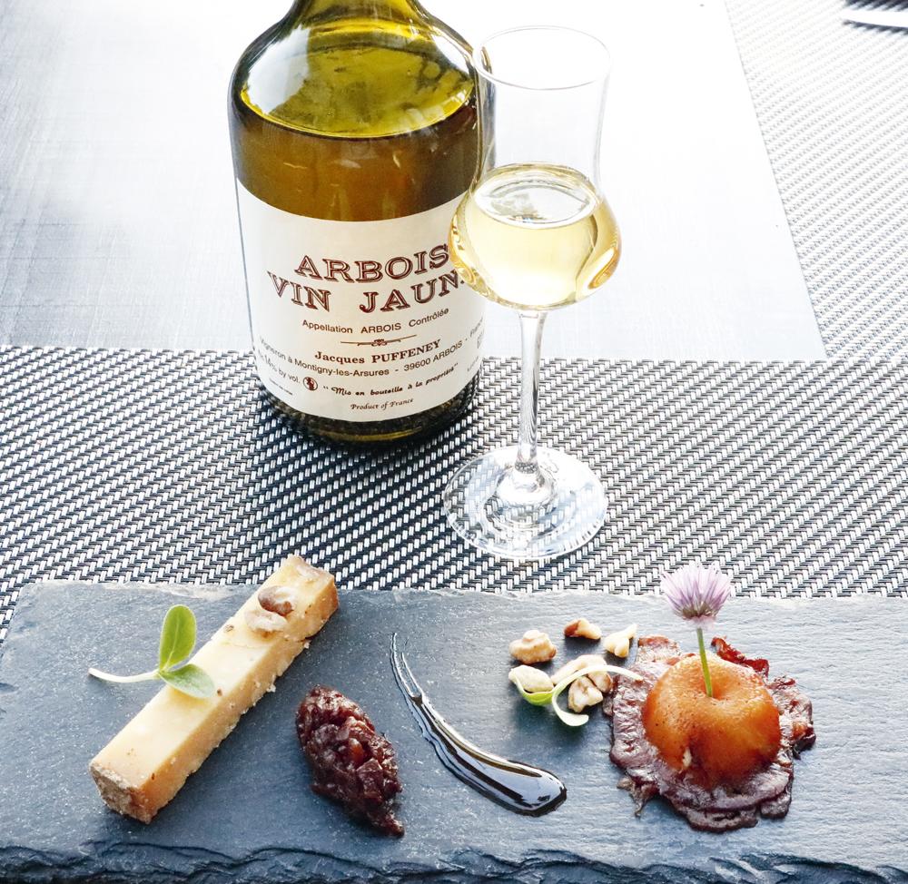 Le vin jaune, extrait du raisin Savagnin, est le jumelage parfait pour le fromage Comté. Sur l'image, le dessert avec le fromage Comté du restaurant La table de Marc Tupin, à Saint-Garmain Les Arlay.