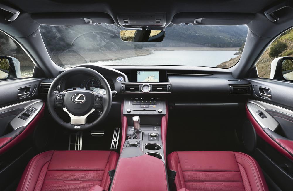 El volante de cuero hecho a mano con un acabado exquisito cuenta con apoyos para los dedos. Además, integra interruptores que controlan el sonido, el teléfono y la pantalla multi-información. Para ofrecer una mayor comodidad en condiciones más frías, el volante se puede calentar. Lo asientos deportivos de cuero son verdasderamente cómodos y ergonómicos.  El Lexus RC 300h cuesta 46.000 €. (versión inicial).