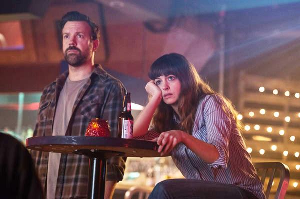 Losprotagonistas de Colossal,  Jason Sudeikis, y Anne Hathaway