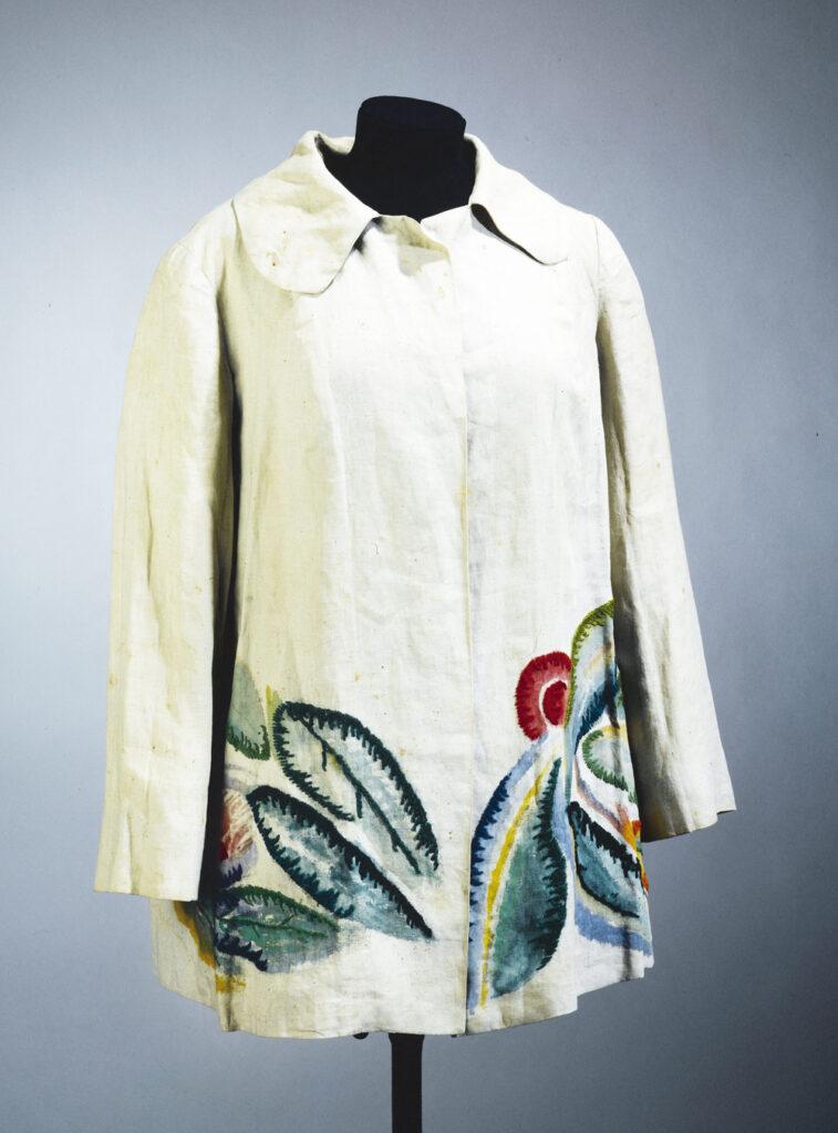 Chaqueta diseñada por Sonia Delaunay en 1928, realizada con lino en crudo y pintura con bordados en hilo de lana verde, roja y amarilla.