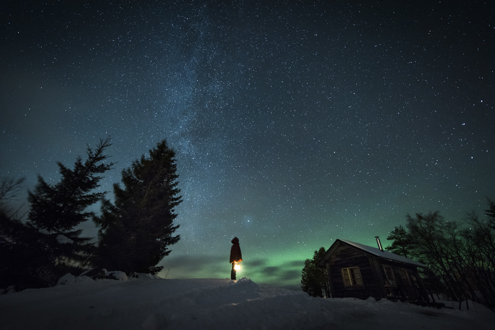 Finland_aurora_winter_cottage