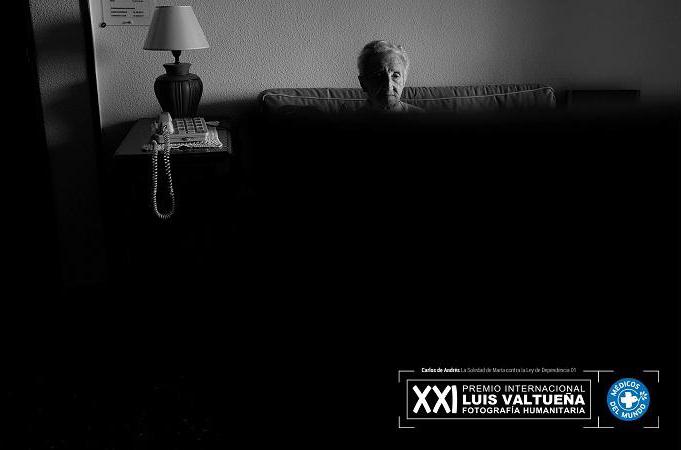 Foto: Carlos de Andrés. La soledad de María contra la ley de dependencia. Ve TV en salón de casa.