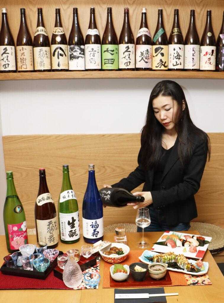El bar de sake Shuwa Shuwa (Calle Conde de Xiquena, 12) tiene el agrabable aspecto de una taberna japonesa. Su cocina es variada y de calidad, pero sobre todo la cualificación de sus empleados con respecto al sake, hace de este lugar único en Madrid, el sitio perfecto para catar y aprender todo sobre esta bebida japonesa.