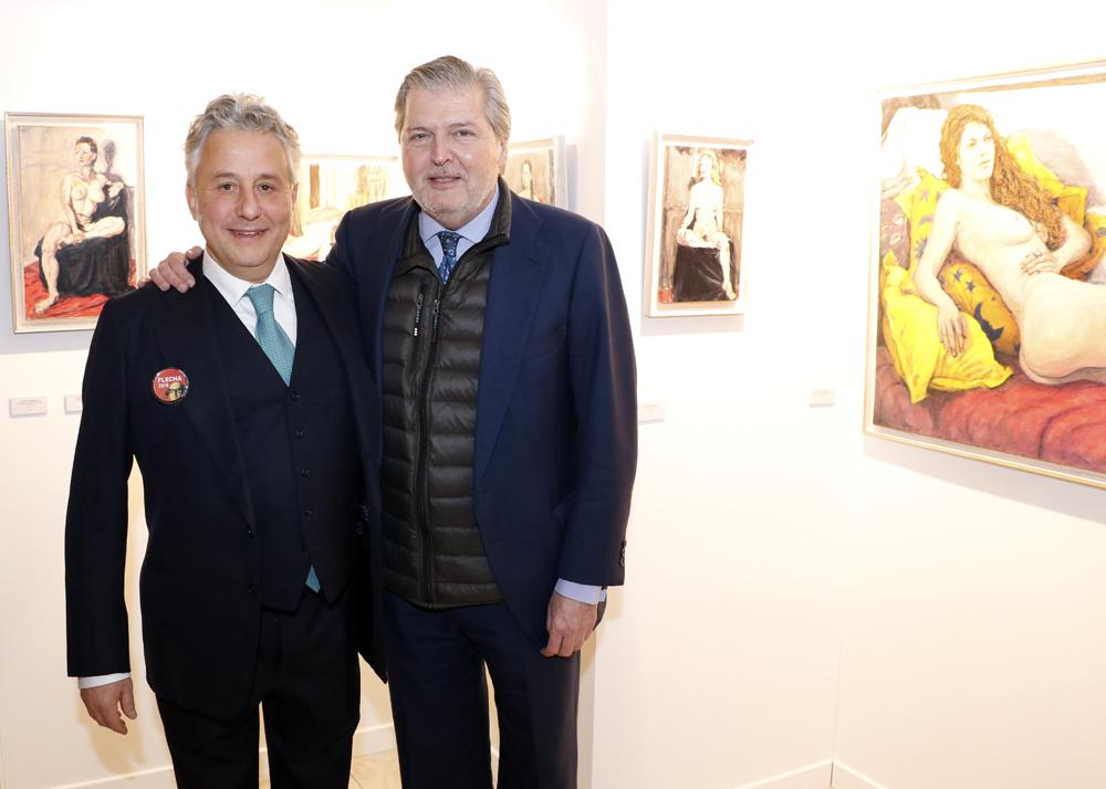 El Ministro de Educación Íñigo Méndez de Vigo posa junto al artista y director de FLECHA Jaelius Aguirre.
