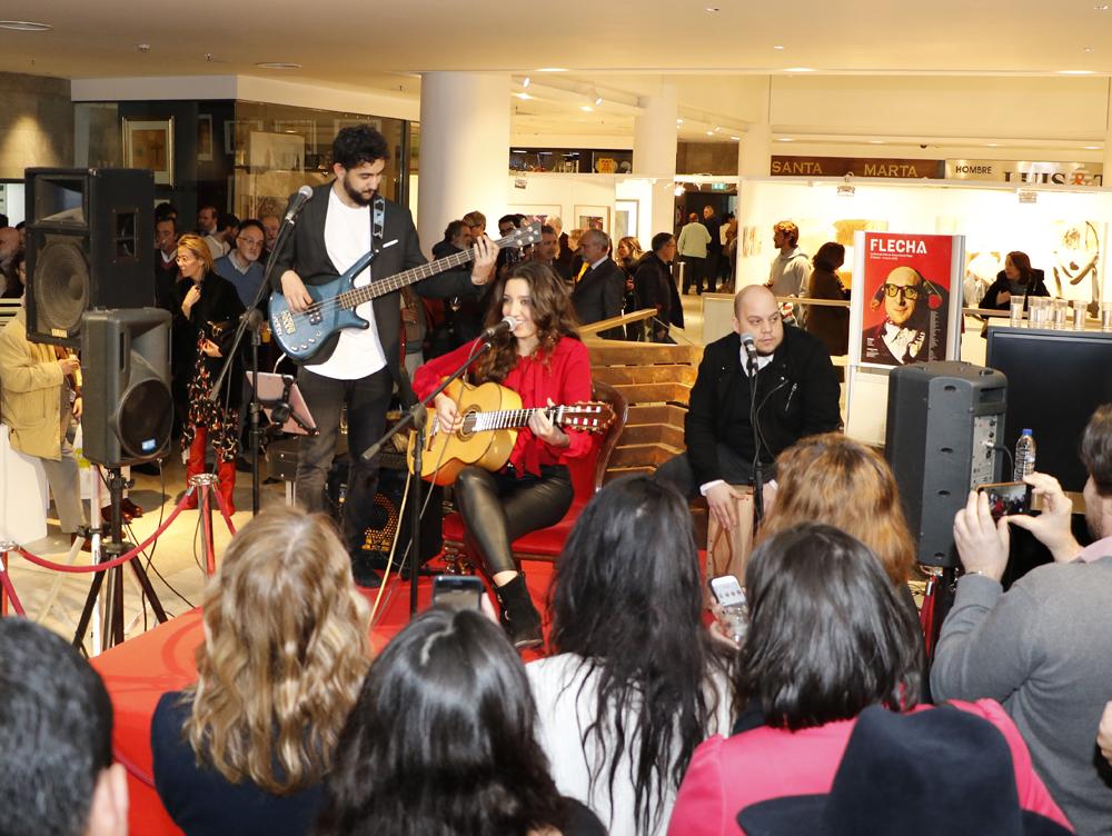 Lucia Fernanda, la hija de Antonio Carmona (Ketama) y Mariola Orellana, cantó por primera vez en público durante la inauguración de FLECHA