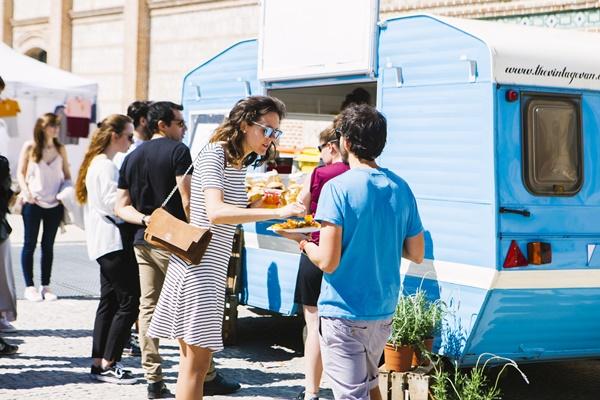 MERCADO MAYO17 EXTERIOR FOOD TRUCK 003 - Vuelve Mercado de Diseño con la edición Plastic Fever