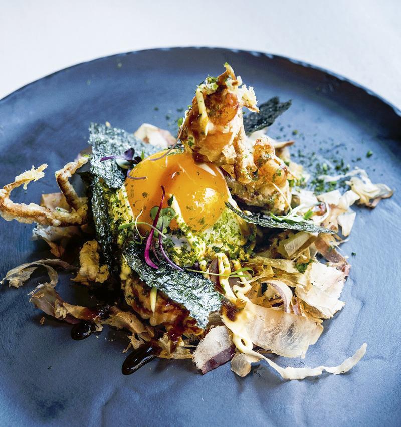 Okonomiyaki de cangrejo soft shell en tempura huevo frito y salsa japo Oribu - Restaurantes y terrazas de Madrid para este verano (1ª entrega)