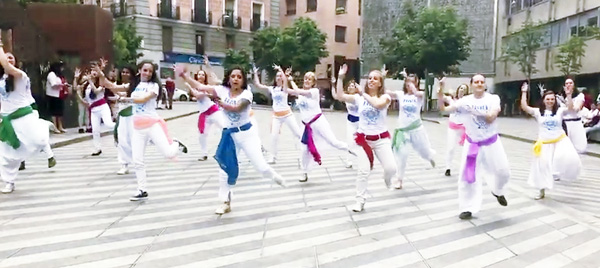 baile holi - Recibe la primavera como los indios en la Plaza Luna de Madrid