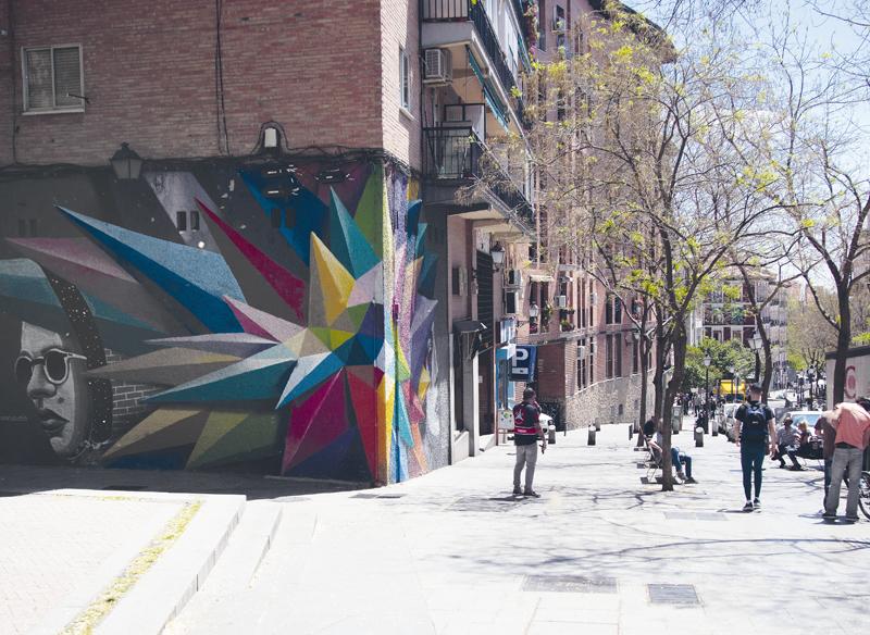 Mural en mitad de la calle Embajadores, uno de los muchos que hay a lo largo de la vía.
