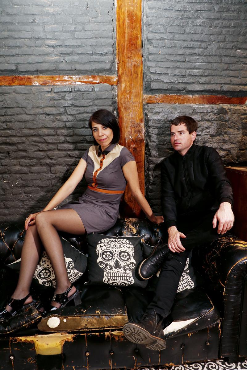 Belly Hernández y Marc Gili, teclista y cantante del grupo barcelonés Dorian. La entrevista y sesión de fotos se realizó en el Bar Restaurante Calavera, situado en la calle Valverde, 8.