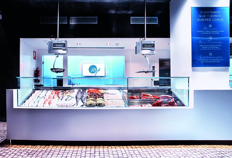 Restaurante Materia Prima. Mostrador de mercado donde el comensal puede elegir la carne, elmarisco o el pescado que luego le cocinarán.