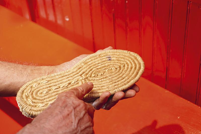 En Calzados Lobo nos explican el proceso de trenzado de la suela de yute de las alpargatas actuales.