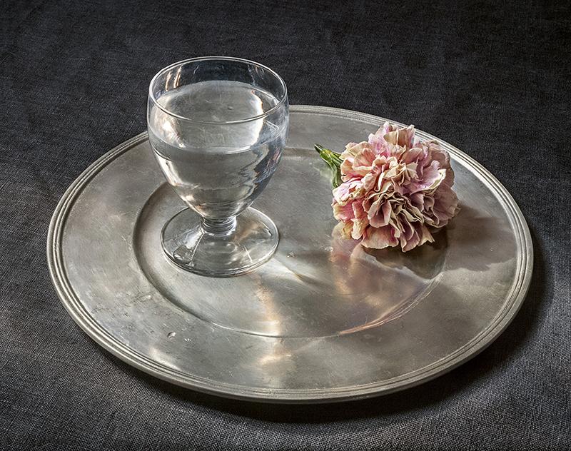 """""""Copa de agua y un clavel"""", 2018, de Pilar Pequeño."""