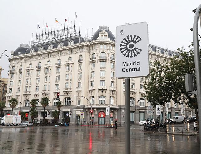 El Ayuntamiento instala la señalización para limitar el acceso a Madrid Central