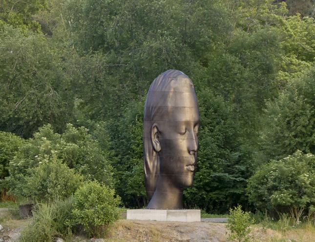 Una gran escultura de la cabeza de una mujer se exhibirá durante un año en la Plaza de Colón