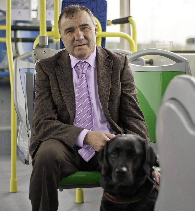 Invidente Perro Guia - El nuevo reglamento de la EMT permitirá subir al autobus con perros y patinetes