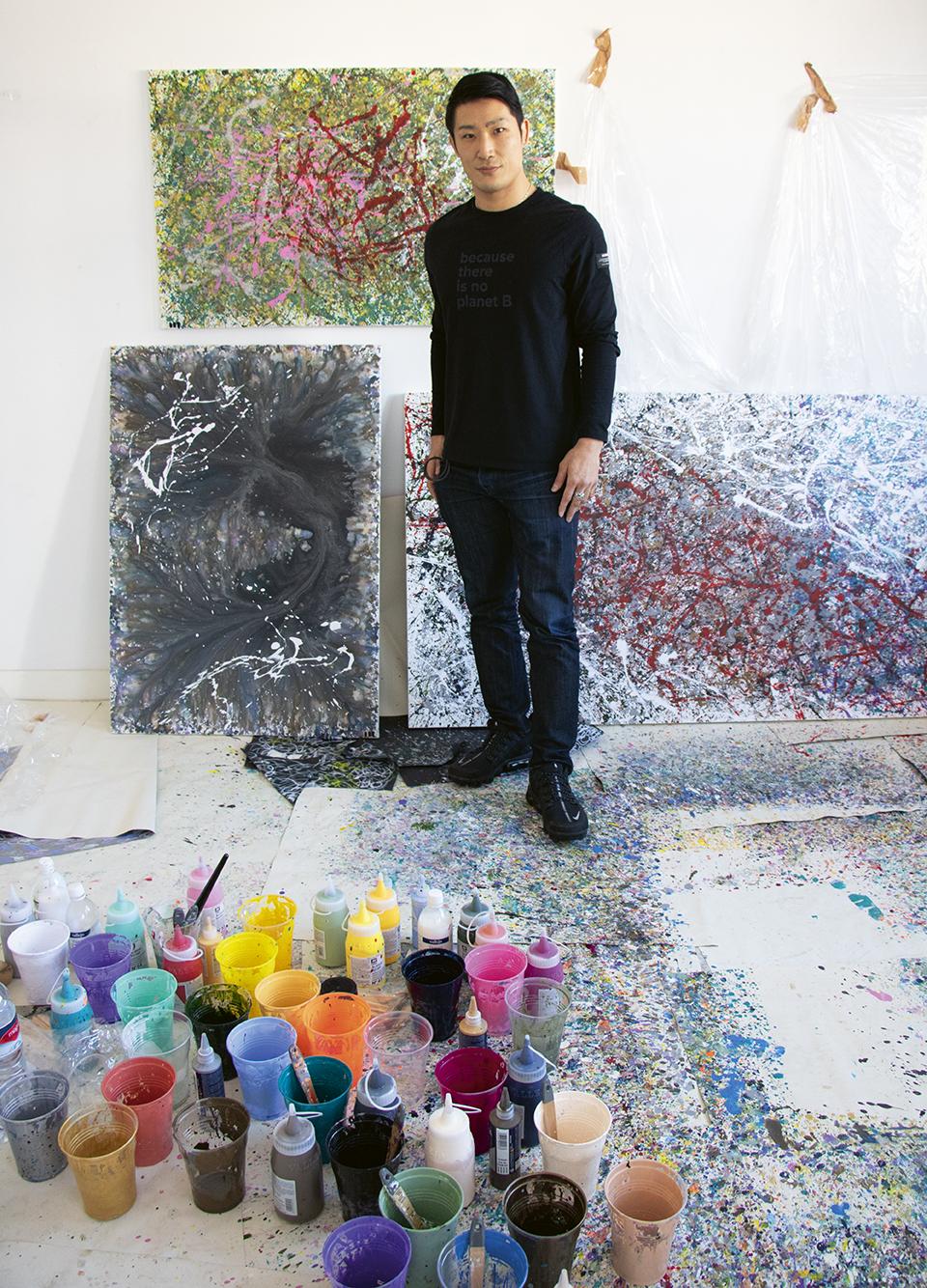 Masaaki Hasegawa en su estudio de Madrid junto algunos de sus cuadros. Foto: Javier Estrada