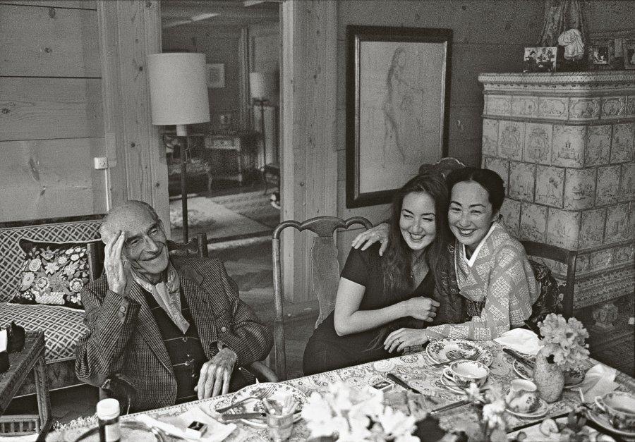 Balthus con su mujer e hija en 1995. Foto de Bruno Barbey.
