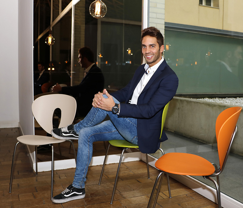 El periodista y presentador Santi Burgoa posa en el restaurante Bambubox de Madrid para PLÁCET