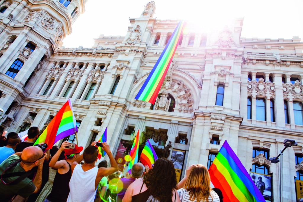 Bandera en el Ayuntamiento 1024x683 - Todos los planes para el Orgullo Madrid 2019
