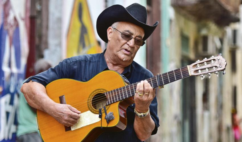 """Eliades Ochoa: """"El son cubano sigue vivo porque su ritmo invita al disfrute"""""""