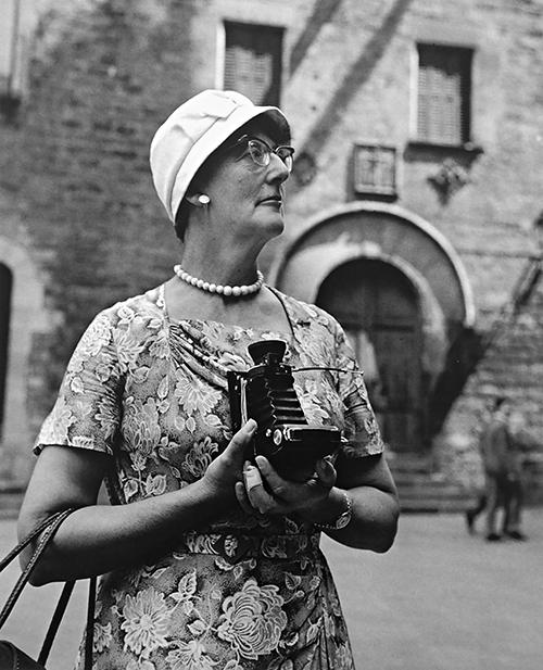 Eugeni Forcano. Turista y cámara. Catedral de Barcelona 1963 - Alcobendas muestra la mejor colección pública de fotografía