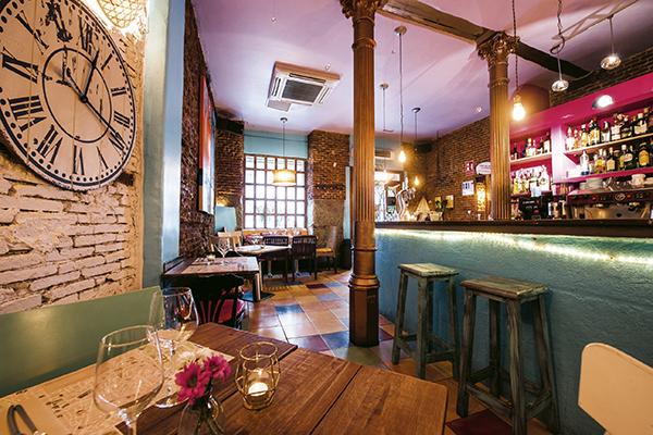 Mesa y barra Con 2 Fogones - 2 restaurantes de Madrid que te van a gustar