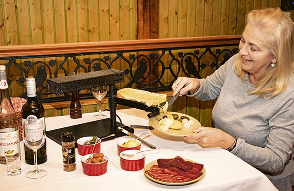 raclette01 - 4 grandes recetas para días de frío y los restaurantes donde disfrutarlas