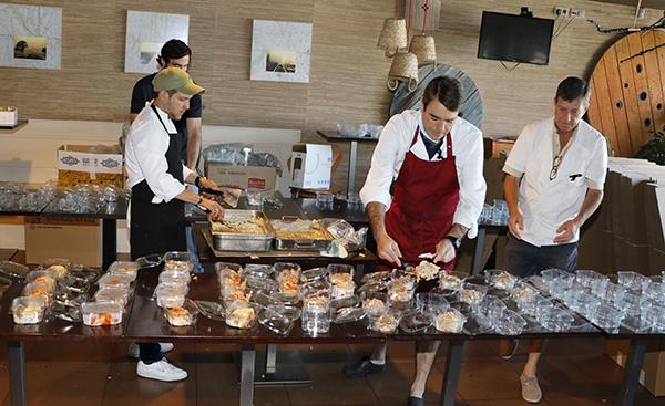 Angel sirviendo comidas - Un grupo de amigos cocinan más de 300 menús solidarios al día durante el estado de alarma