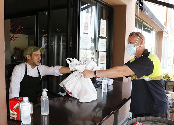 Jorge entrega menús - Un grupo de amigos cocinan más de 300 menús solidarios al día durante el estado de alarma