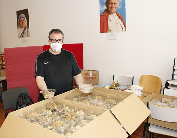Padre Pedro - Un grupo de amigos cocinan más de 300 menús solidarios al día durante el estado de alarma